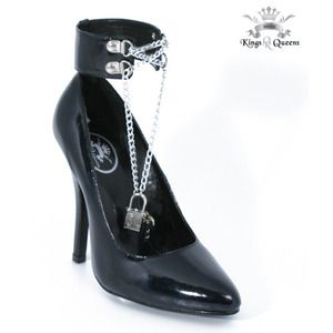 BLACK PUMP WITH LOCKET
